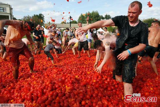 A sauce of enjoyment! Russians frolic in tomatoes for Spanish-themed festival