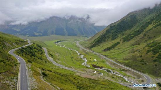 中国新疆西北部的独山子-库车公路