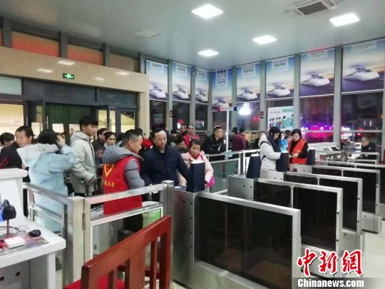 Passengers pass through an automatic barrier at a railway station in Jiaxing, Zhejiang Province. (File photo)