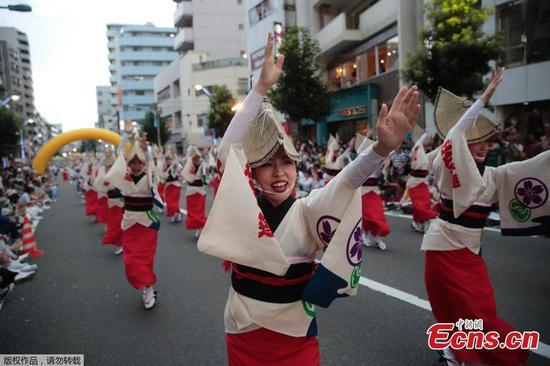 在东京的传统日本节日中跳舞