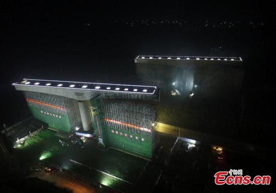 8,900-ton bridge rotated to position over railway