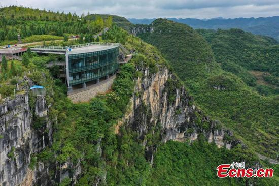 Gallery built on 165-meter cliff in Guizhou