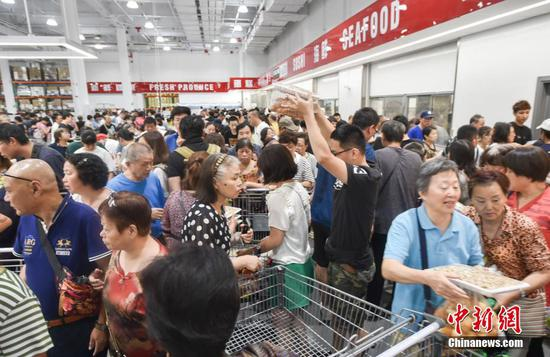 Shoppers flock to Costco Shanghai store on the its opening day. (Photo: China News Service/Shen Hai)