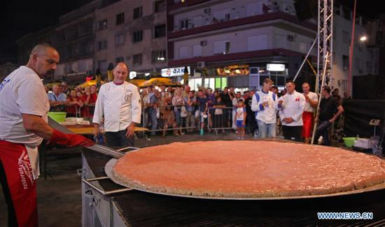 Grill masters make world's biggest 'pljeskavica' burger in Serbia