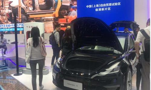 Visitors gather at Tesla's booth at the 2019 World Artificial Intelligence Conference in Shanghai on Thursday. (Photo: Xie Jun/GT)