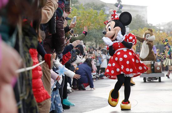 Disney cartoon characters interact with visitors at the Shanghai Disney Resort. [China Daily/Yin Liqin]