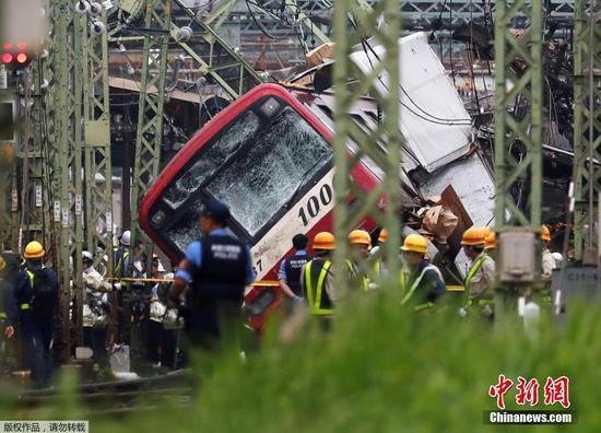 卡车与日本的旅客列车相撞