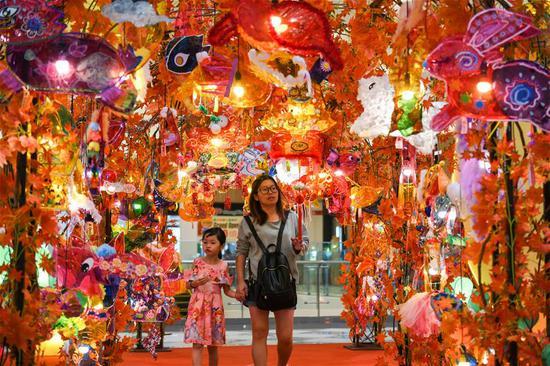 商场用灯笼装饰以庆祝马来西亚中秋节