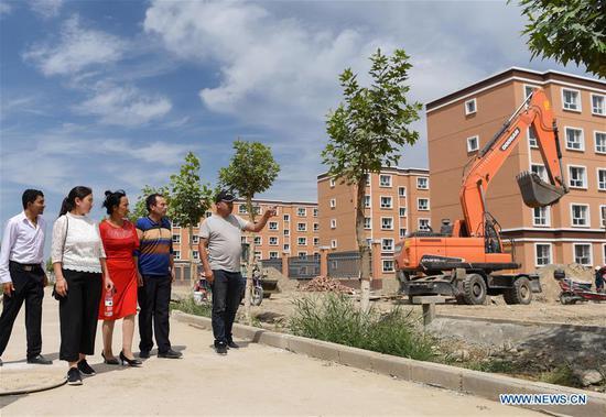 新疆的搬迁项目帮助贫困农民,牧民在平原,绿洲重新定居