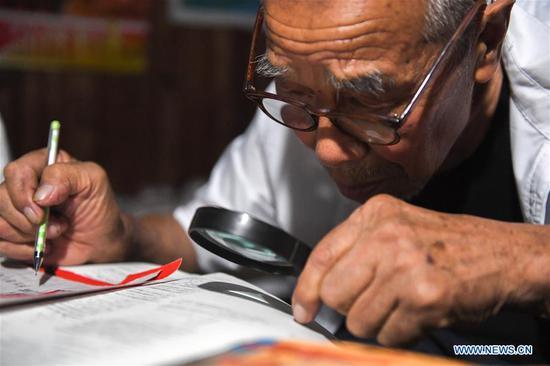 92岁的农村教师免费辅导农民工父母留下的孩子