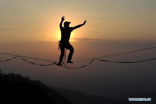 在印度尼西亚的Nlanganggeran上以740米的高空走绳