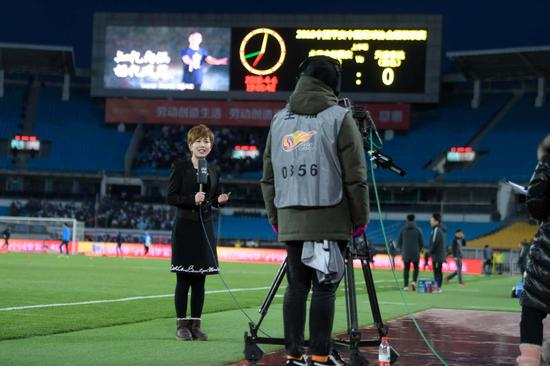An anchor hosts a live broadcast of a soccer match between teams from Beijing and Tianjin, in Beijing in April 2018. [Photo provided to China Daily]