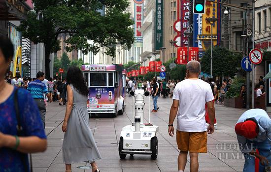 5G police robot debuts in Shanghai