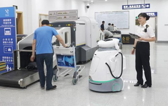 A multi-purpose robot armed with artificial intelligence works at Zhanjiang Airport in Guangodong Province. (Photo/ ycpai.ycwb.com)