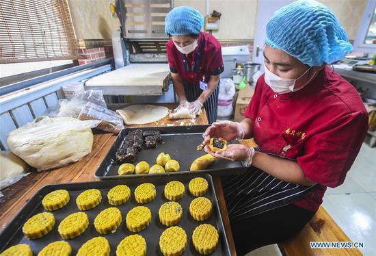 Handmade moon cakes in Yongqing Township, Hebei