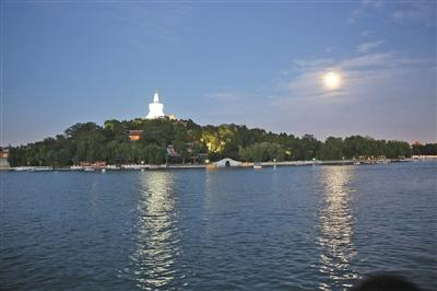 The moon hung over the Beihai Park in Beijing on Mid-Autumn Festival. (File photo/China News Services)