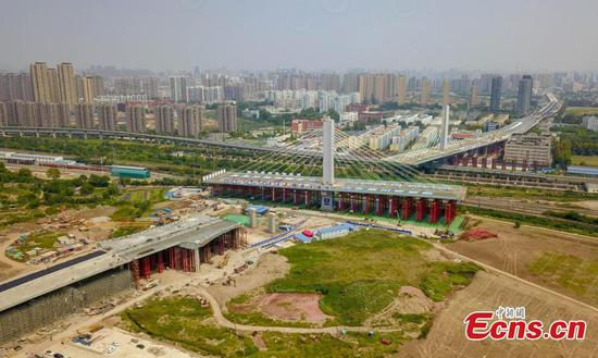 18,000-ton bridge section rotated into position in Wuhan
