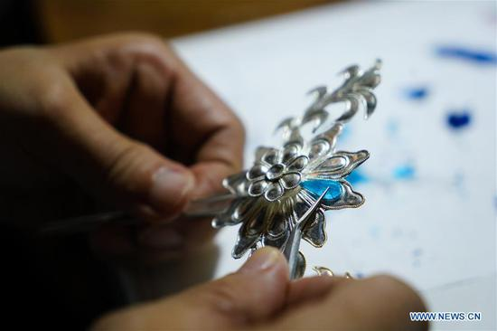 Inheritor of 'velvet flower making techniques' in Jiangsu