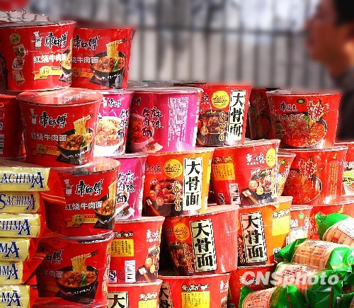 Instant noodles were sold in a shop. (File photo/China News Service)