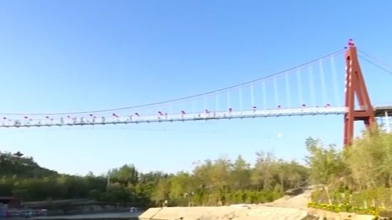 9D glass-bottomed bridge in Xinjiang opens to tourists