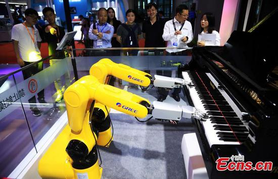 Robot steals spotlight at Shanghai's industry fair