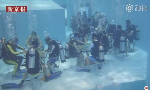 Scuba divers play underwater Mahjong in a swimming pool in Suzhou, East China's Jiangsu Province on Saturday. (Photo/Screenshot from a video posted by the Beijing News.)