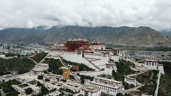 Aerial photo taken on Aug. 10, 2019 shows the Potala Palace in Lhasa, capital city of southwest China's Tibet Autonomous Region. (Xinhua/Wang Yiliang)