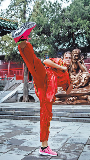 Aryna Sabalenka of Belarus shows off her wushu skills at Shaolin Temple in Henan province earlier this month. (Photo/ZHENGZHOU OPEN)