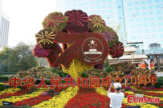 Floral designs in Beijing bring blessings for National Day
