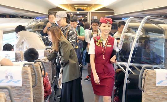 Railway linking Daxing airport debuts