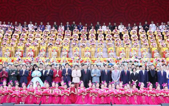 Xi Jinping and other leaders pose for a group photo with cast members after a high-profile art performance, named