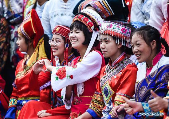 图片:参加者纪念中华人民共和国成立70周年