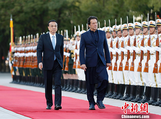 Chinese Premier Li Keqiang held talks with Pakistani Prime Minister Imran KhanTuesday. Earlier, a welcome ceremony was held. (Photo/China News Service)