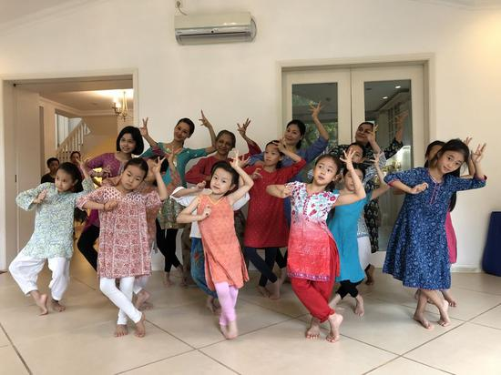 Chinese and Indian Bharatanatyam lovers dance in Beijing, Aug. 12, 2019. (Xinhua/Ma Zheng)