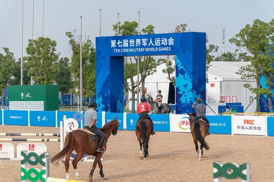 Competitors prepare for the equestrian event of the Military World Games in Wuhan, Hubei Province, Oct. 14. (Photo provided to chinadaily.com.cn)