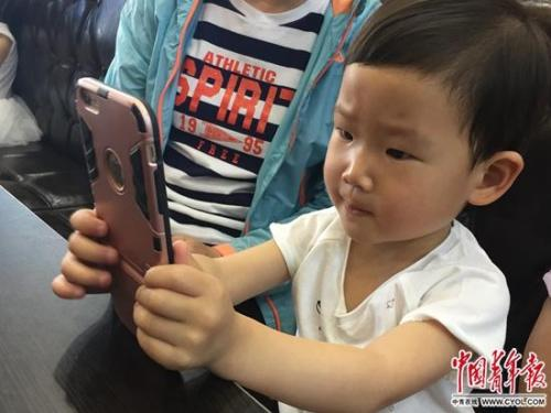 Survey shows over 90 pct Chinese parents give children mobile phones