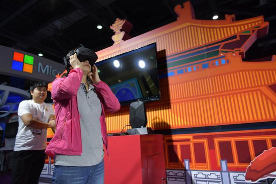 A visitor experiences the virtual reality (VR) device during the 2019 World Conference on VR Industry in Nanchang, capital of east China's Jiangxi Province, Oct. 19, 2019. (Xinhua/Peng Zhaozhi)