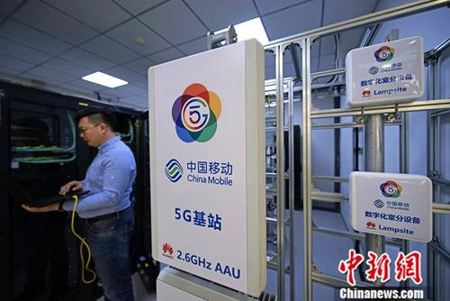 A China Mobile staff member tests in a 5G station installed in Tianjin. (Photo/China News Service)