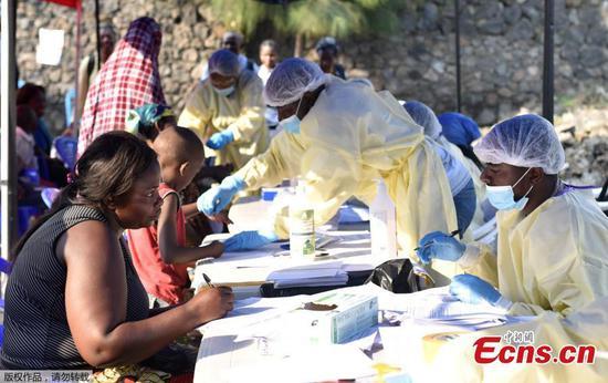 刚果卫生工作者于2019年7月17日在刚果民主共和国戈马的辛比保健中心向平民接种埃博拉疫苗之前收集数据。(照片/机构)