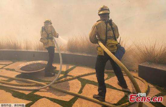 Wildfire threatens homes in Pacific Palisades, California
