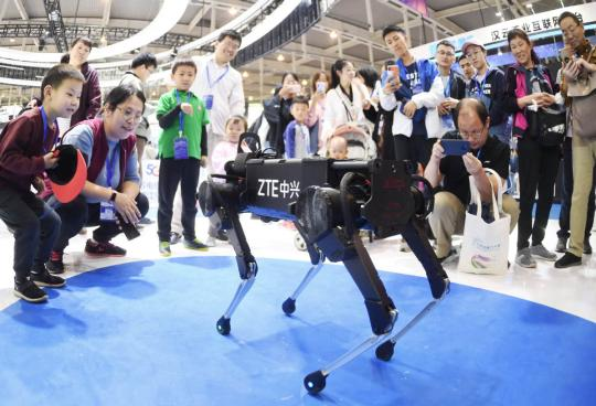 Visitors look at a robot developed by ZTE Corp during an industry expo in Nanjing, capital of Jiangsu Province. (Photo by Cui Xiao/For China Daily)