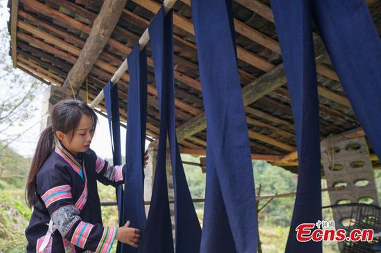 Indigo dyed fabric boosts income of Bouyei farmers
