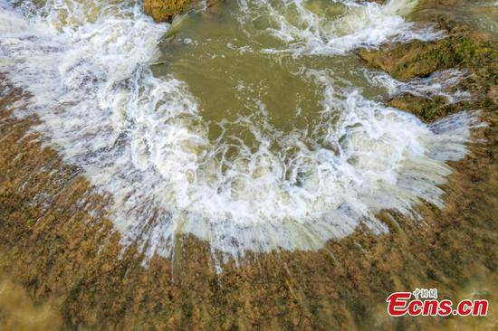 Poyang Lake forms unexpected waterfalls