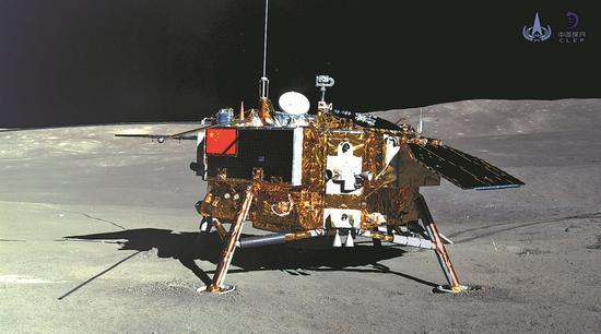 月球车Yutu-2(玉兔2)于2019年1月11日拍摄的照片显示了the娥四号探测器的着陆器。 [照片/新华社/国家航天局]