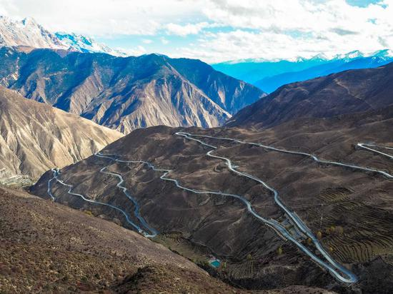 Section of Sichuan-Tibet Highway that stretches down nearly 1,500 meters