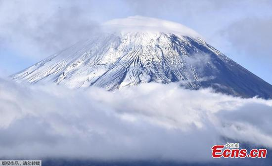季节的第一场雪覆盖了富士