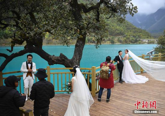 Couples flock to Yulong Snow Mountain for wedding photos