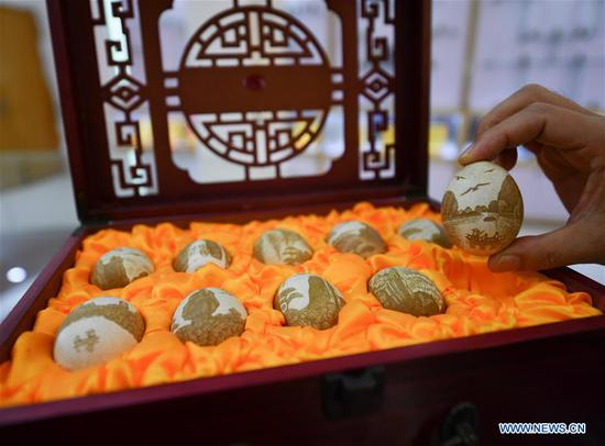 Inheritor of intangible cultural heritage devoted to 'Le'an egg carving'