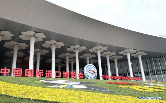 图为2019年10月25日在中国东部上海国家会展中心南广场的鲜花装饰。(新华社/方哲)