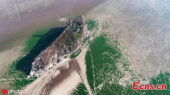 Stone island emerges in Poyang Lake after water level decreases